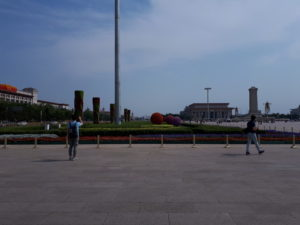 Piața Tiananmen, Mausoleul lui Mao Zedong si Monumentul Poporului (dreapta)