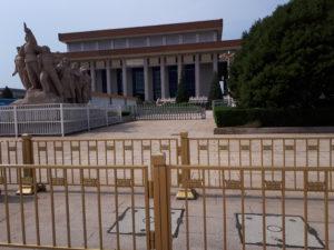 Piața Tiananmen: Mausoleul lui Mao Zedong și Statuia Muncitorilor