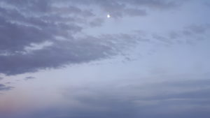 Noapte cu lună văzută din trenul transtibetan